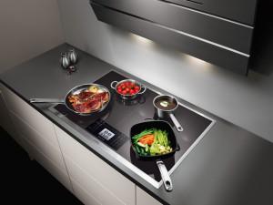 индукционная варочная поверхность на кухне