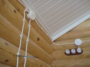 Декоративная прокладка проводки в деревянном доме