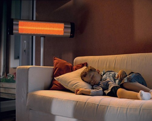 Мальчик спит под обогревателем