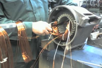 Электрик перематывает двигатель